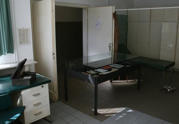 Sanistube Rammelsberg mit Ausstellungsvitrine