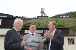 Gerhard Lenz erklärt Stoiber und Ramelow die Dimensionen des welterbes im Harz