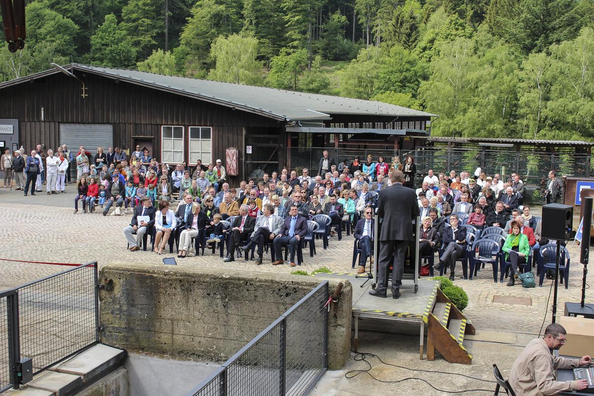 Direktor Lenz spricht zu den Gästen