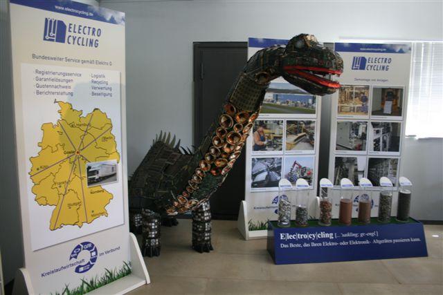 """Dino"": Dino aus recycelten Elektroschrott"