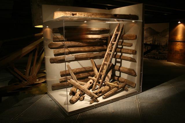 """Installation Schachtausbau in der Ausstellung """"Auf starken Schultern - 750 Jahre Knappschaft"""""""