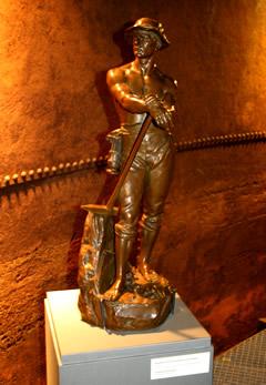 Skulptur nach dem Auspacken - Ausstellung Hard Work - Arbeiterskulpturen 1850-1950