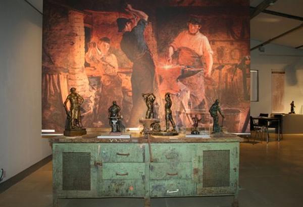 """Skulpturen auf der Werkbank - Inszenierung Arbeiterskulpturen in der Ausstellung """"Hard Work"""""""