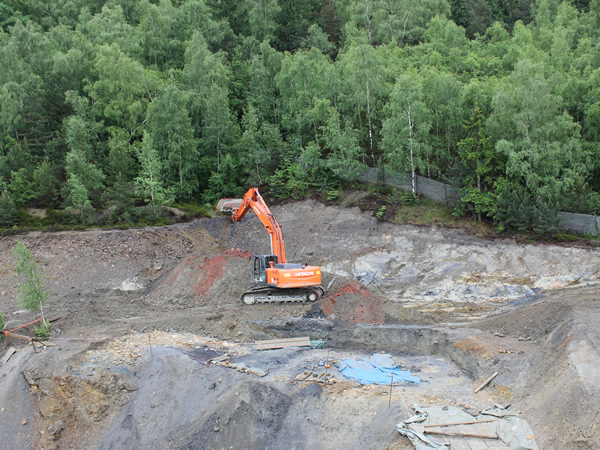 Ein Bagger bei Grabungsarbeiten im Alten Lager am Rammelsberg