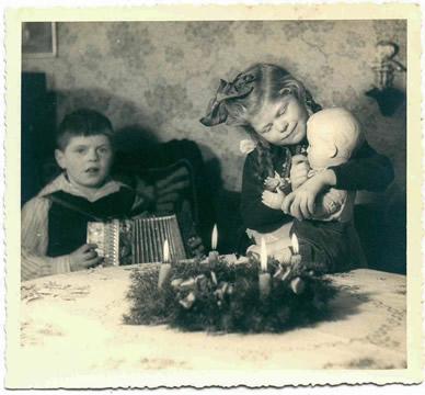 Dieter Oberle mit seinem Weihnachtsgeschenk Ziehharmonika