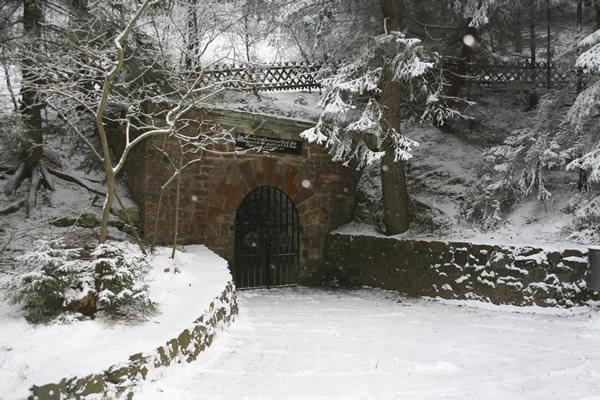 Mundloch des Roederstollens im Winter