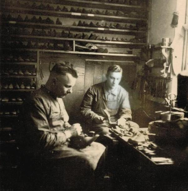 Gottfried Oberle und Geselle in Werkstatt bei der Arbeit