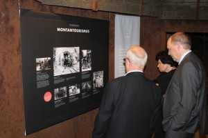 Familie Klähn und Herr Lenz betrachten die Fotografien, die Jochen Klähns Vater in st. Andreasberg zeigen